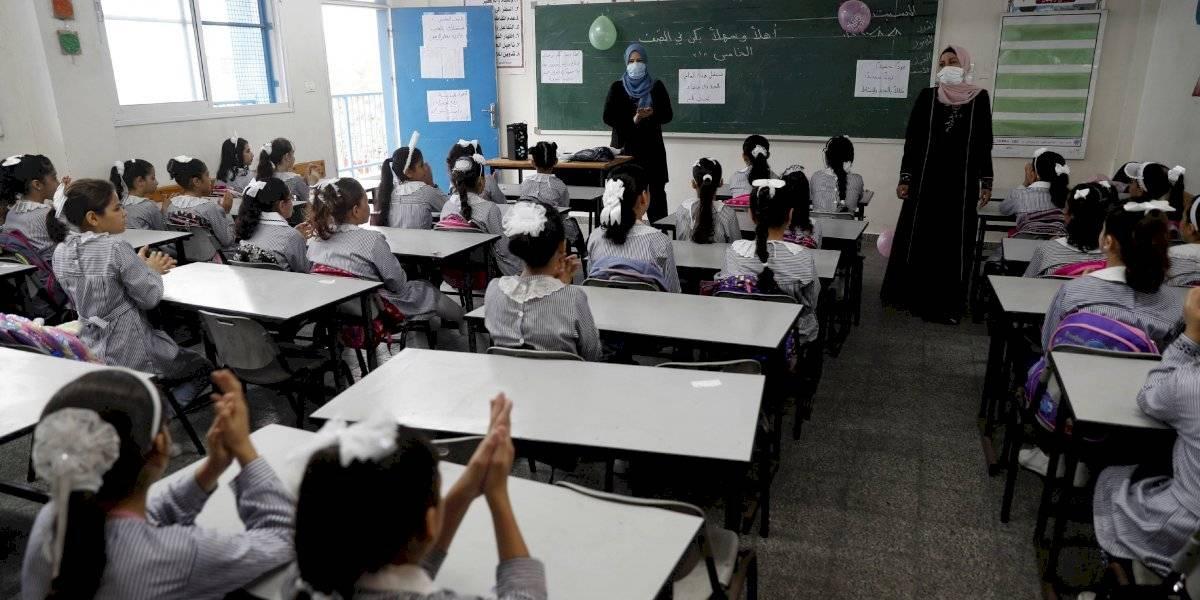 Estudiantes regresan a la escuela sin mascarilla en Gaza