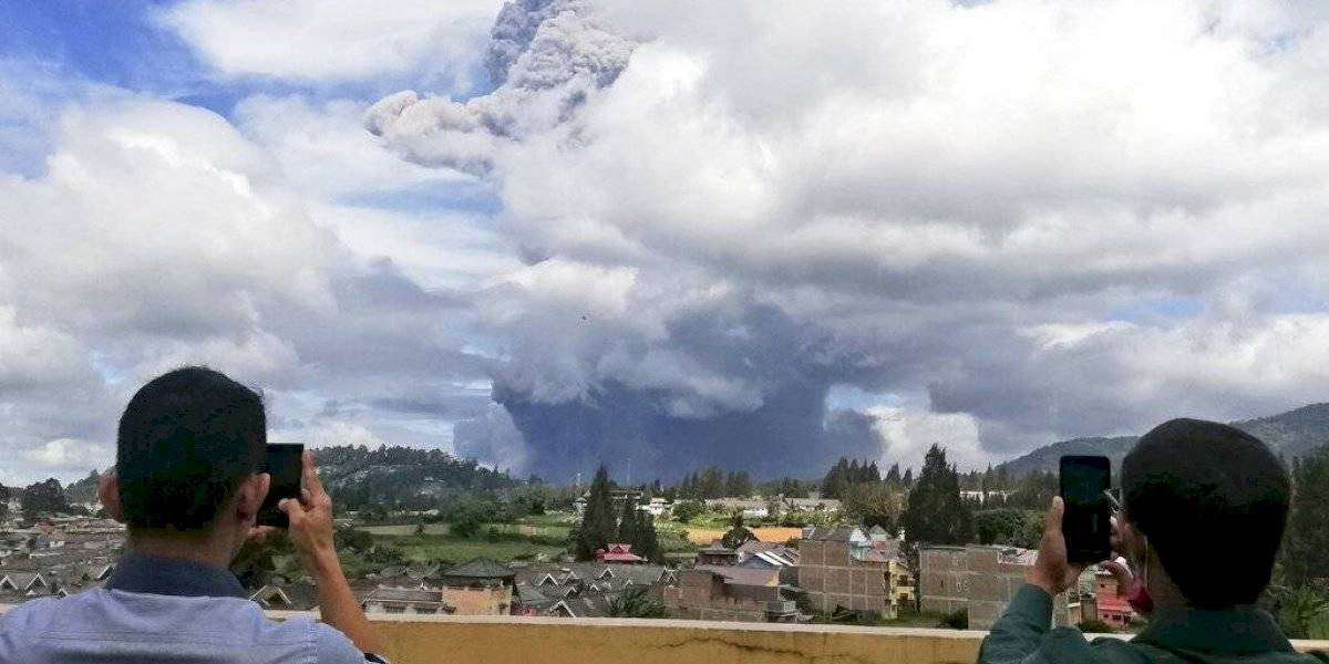Volcán Sinabung hace erupción en Indonesia