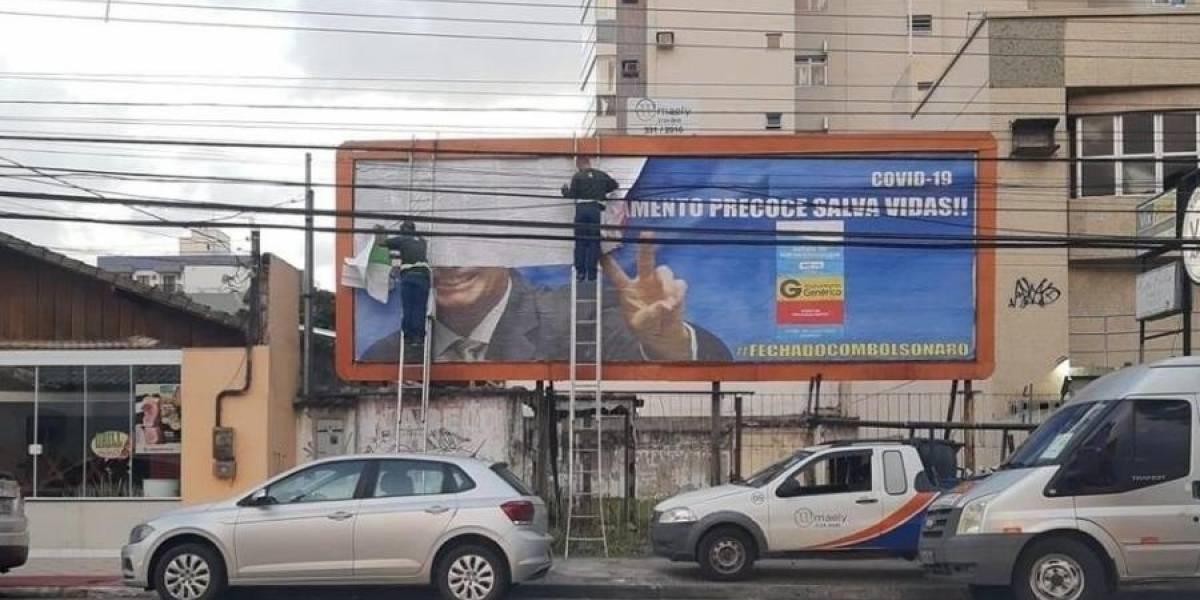 Outdoor que tinha Bolsonaro como garoto-propaganda da cloroquina é retirado
