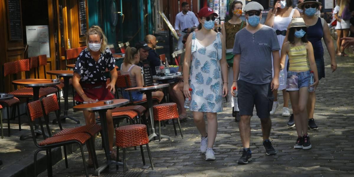 Autoridades en París multarán a quienes no utilicen mascarilla en espacios abiertos