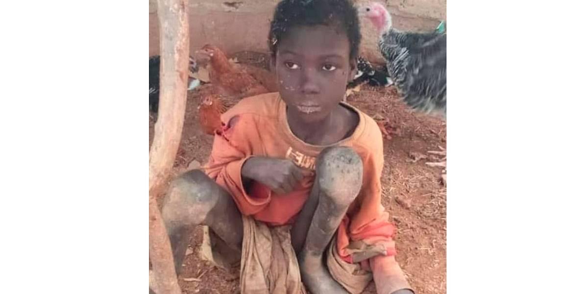 Menino é encontrado faminto, acorrentado em galpão e vivendo com animais