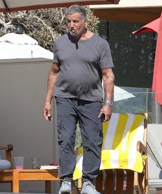 Sylvester Stallone luce un increíble cambio en su musculoso cuerpo a los 74 años