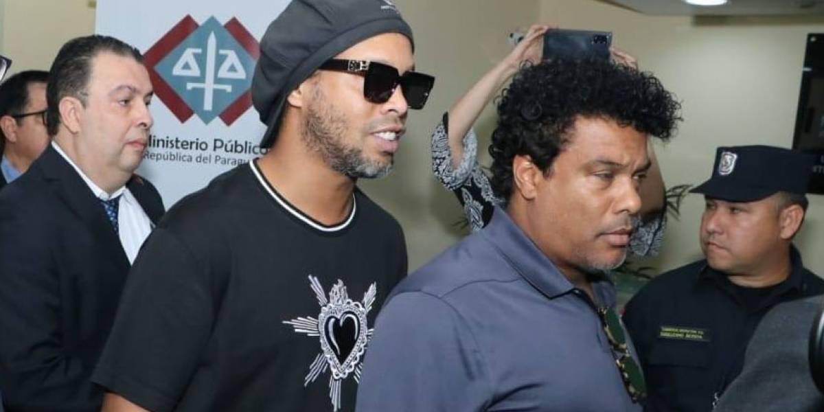 Ronaldinho Gaúcho chega ao Brasil após seis meses detido no Paraguai