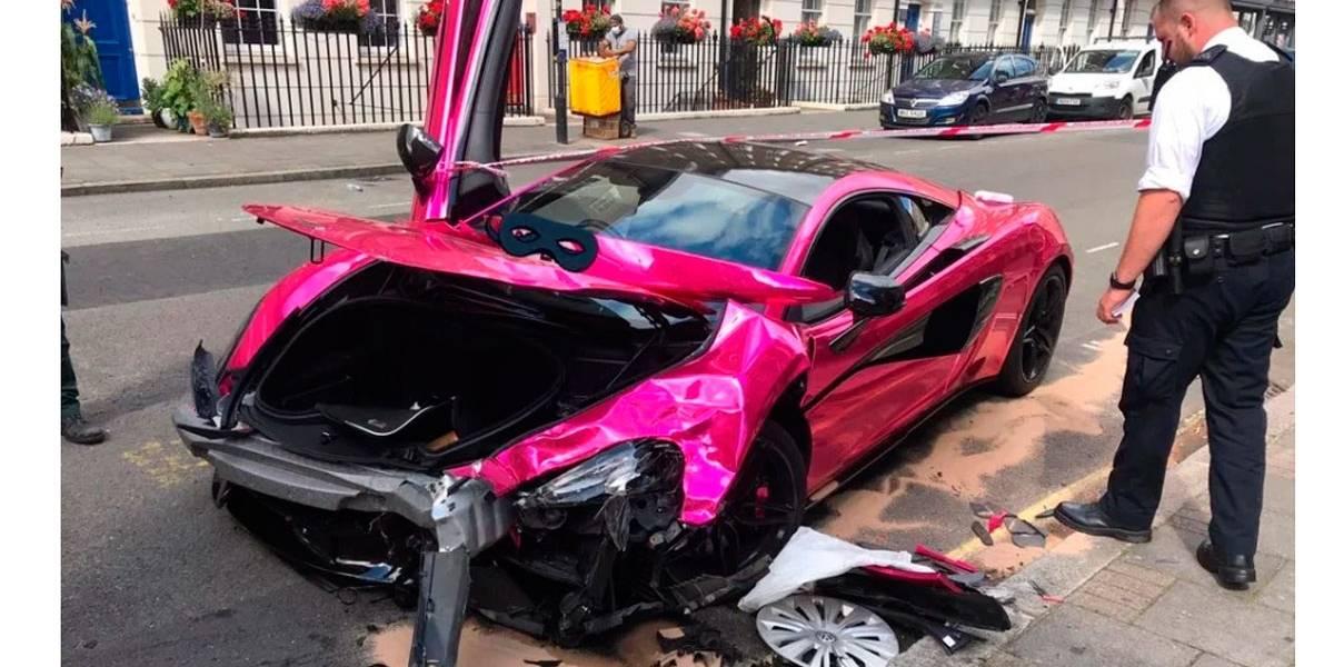 Motorista descontrolado destrói McLaren de R$ 1 milhão em rua de 30 km/h