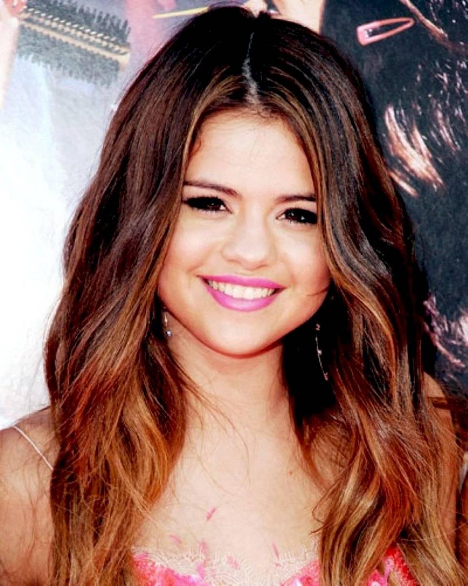 Las mechas cobrizas de Selena Gomez requieren poco mantenimiento
