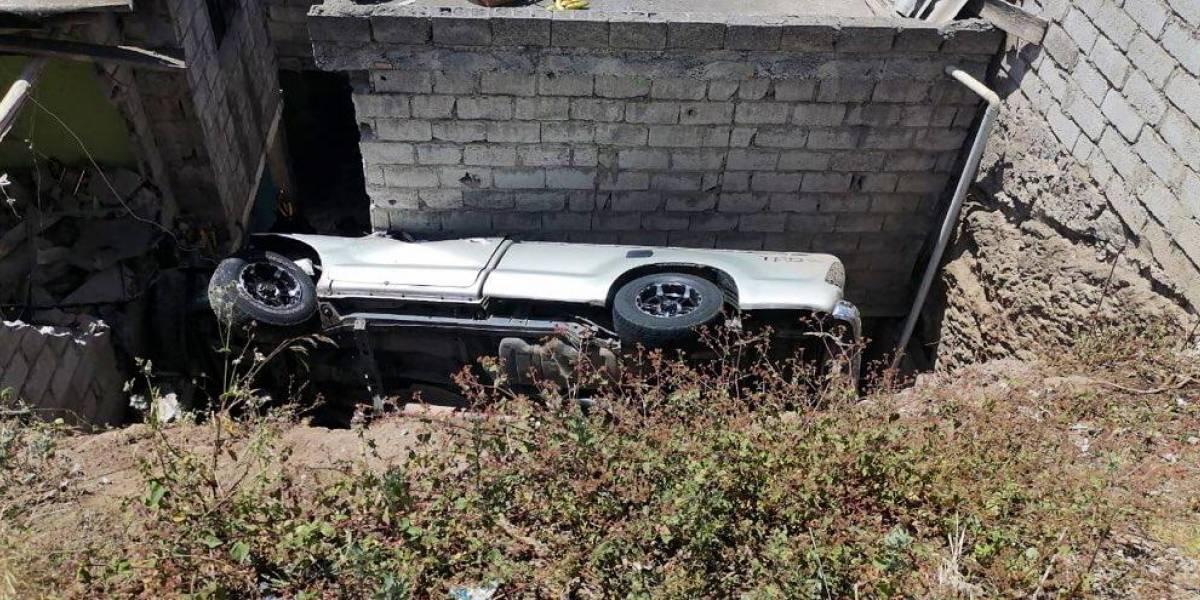 FOTOS: Una camioneta cayó sobre una casa en el norte de Quito