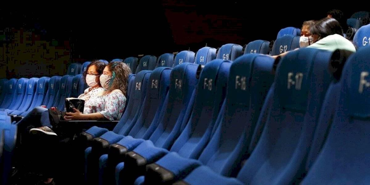 Llegan los primeros valientes tras reabrir los cines en México
