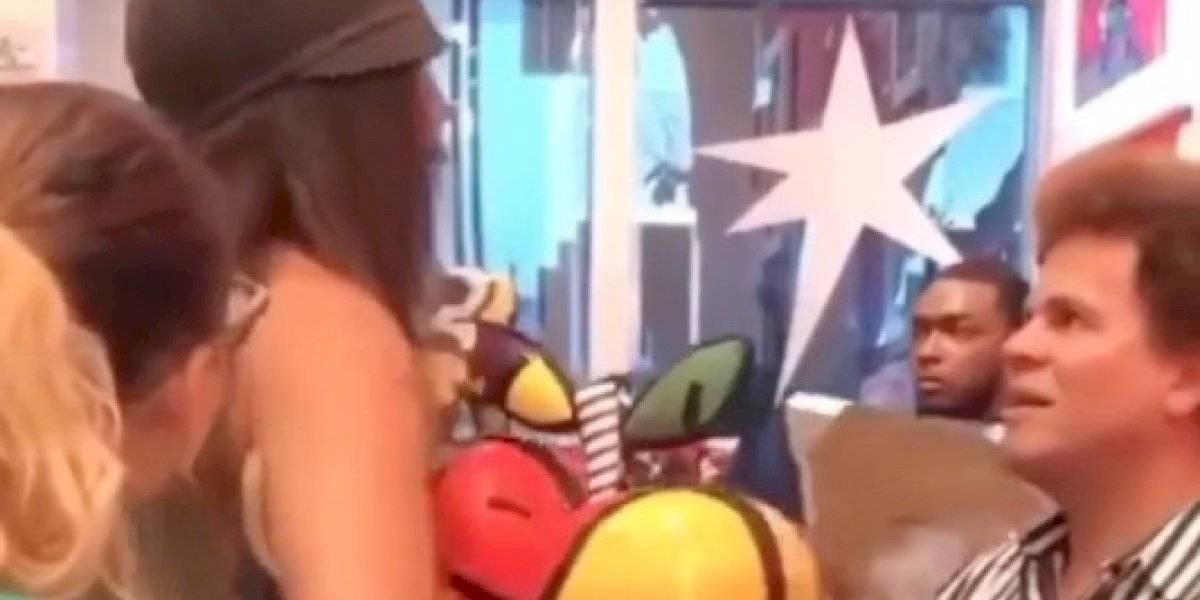 Mujer rompe pieza ante diseñador Romero Britto por tratar mal a sus empleados