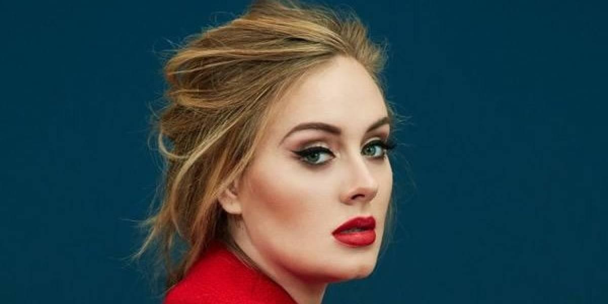Adele evoca a Caperucita Roja con sensual vestido carmesí y vaporosa capa