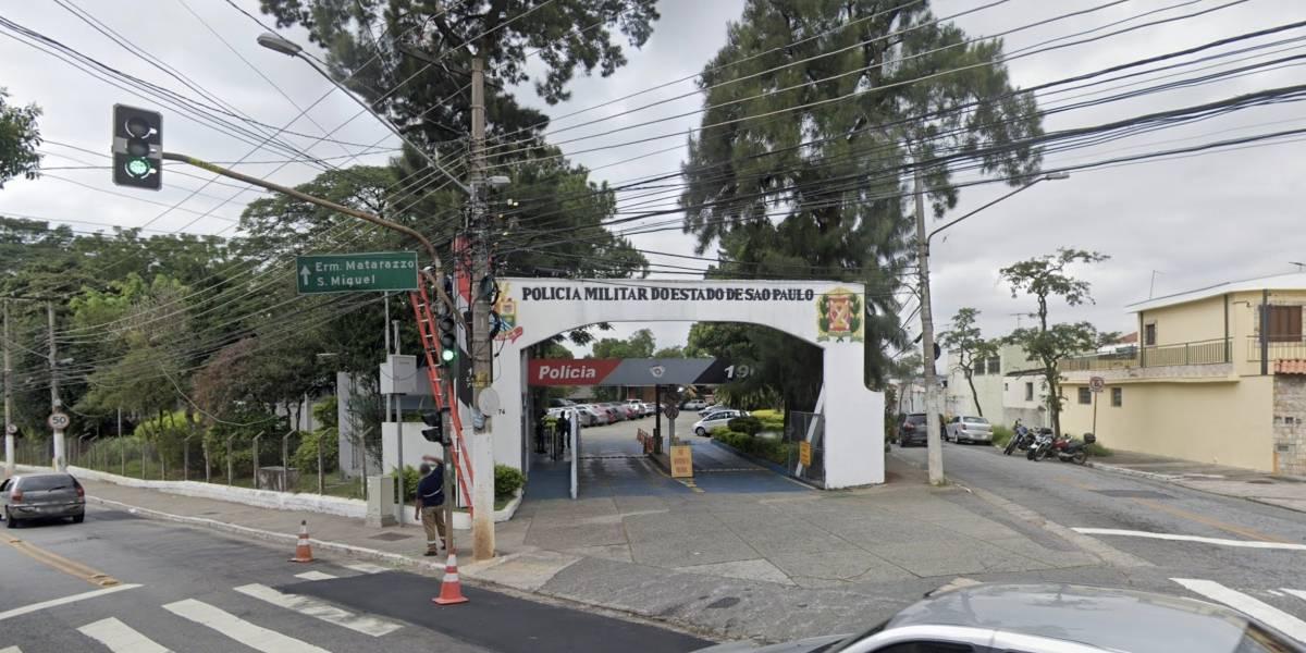 Homem é morto a tiros por policial após invadir Comando da PM com arma falsa