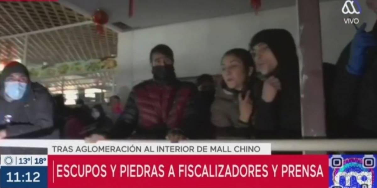 """Monedas, piedras y escupitajos: equipos de """"Mucho Gusto"""" y """"Bienvenidos"""" fueron agredidos en aglomeración en mall chino"""