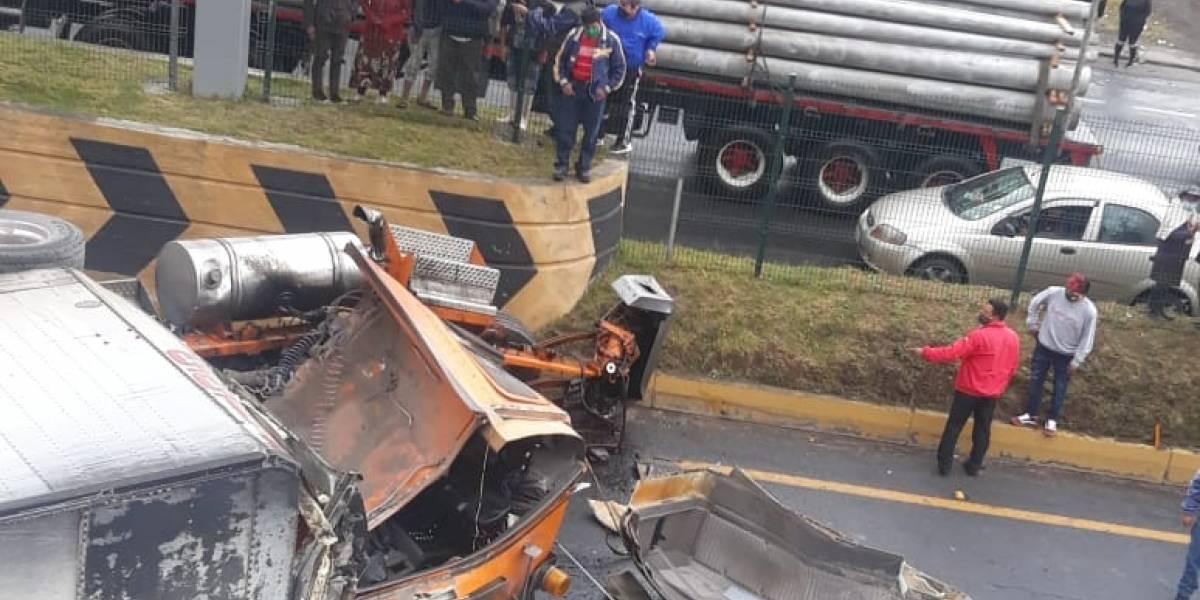 Accidente entre tráiler, camión,  volqueta y una moto en el Chasqui