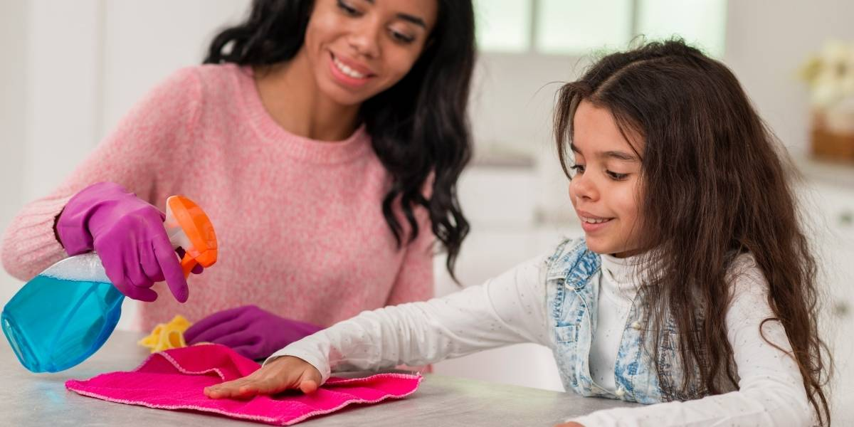 Crianças podem ajudar nas tarefas domésticas: saiba como