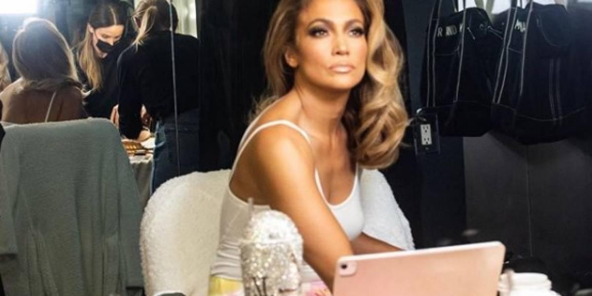 Jennifer Lopez y su atuendo más delicado y sexy con mini short blanco y blusa tejida