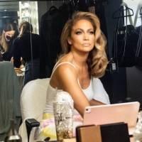 Jennifer Lopez prende a sus fans con jumpsuit transparente bordado con metal y rubíes