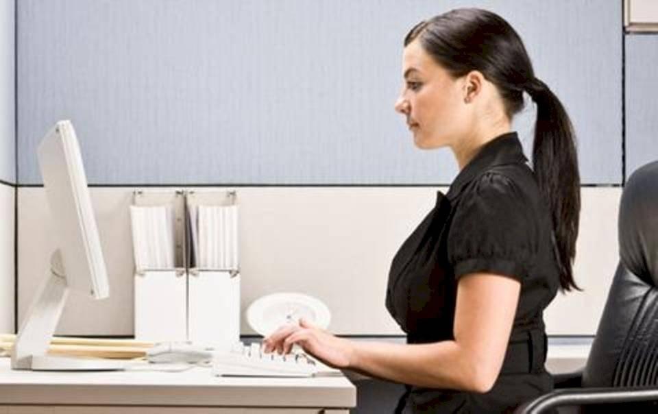 Una correcta posición te ayudará a combatir el dolor de espalda