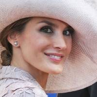 Reina Letizia impacta con vestido de bordado floral y transparencias en cena muy elegante