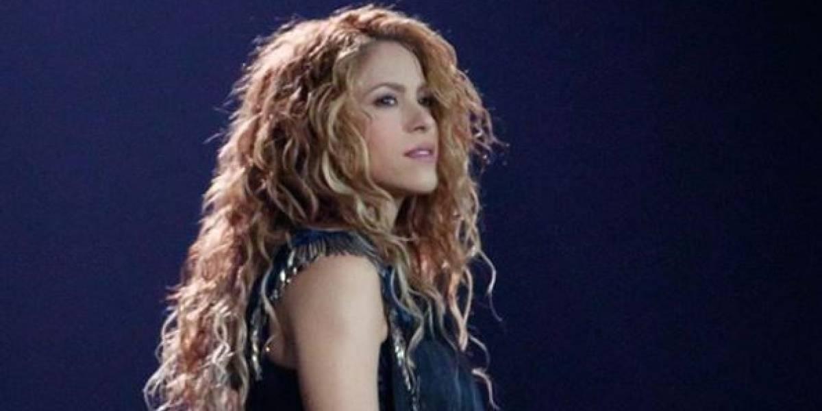 Shakira muestra sus rollitos en la cintura al usar una falda de seda anaranjada y deja ver que es lo más natural del mundo