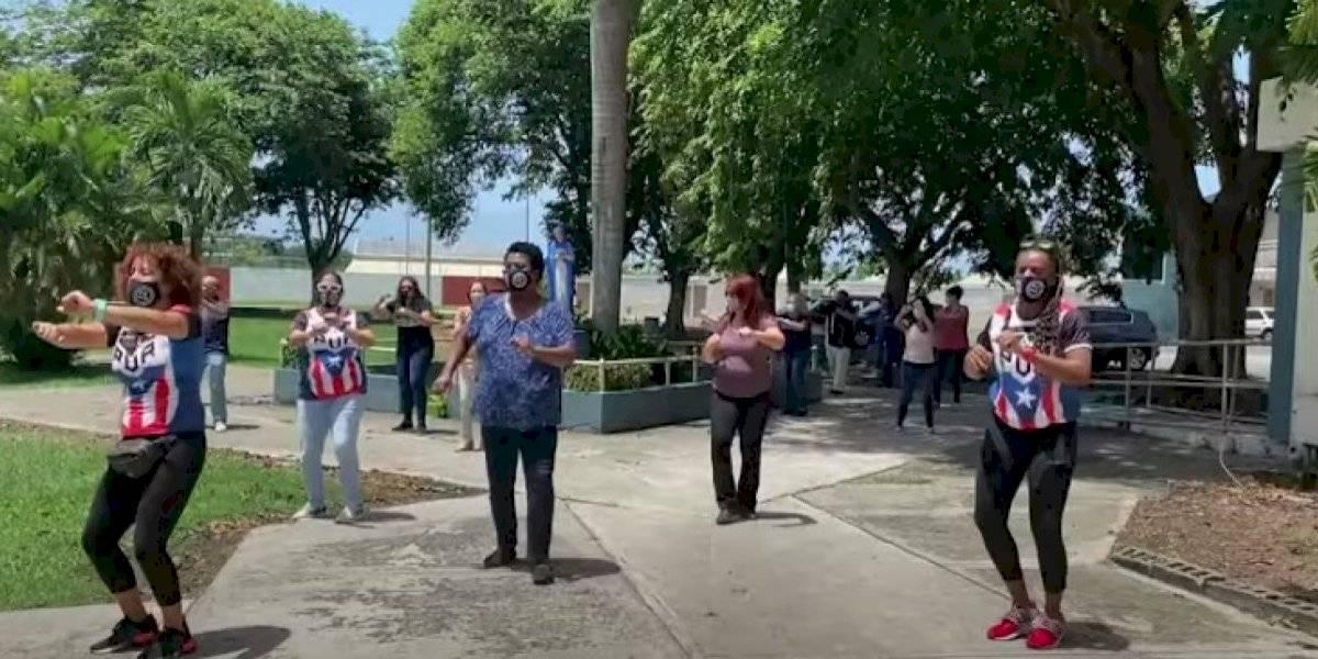 Personal de un colegio en Carolina da la bienvenida a estudiantes bailando