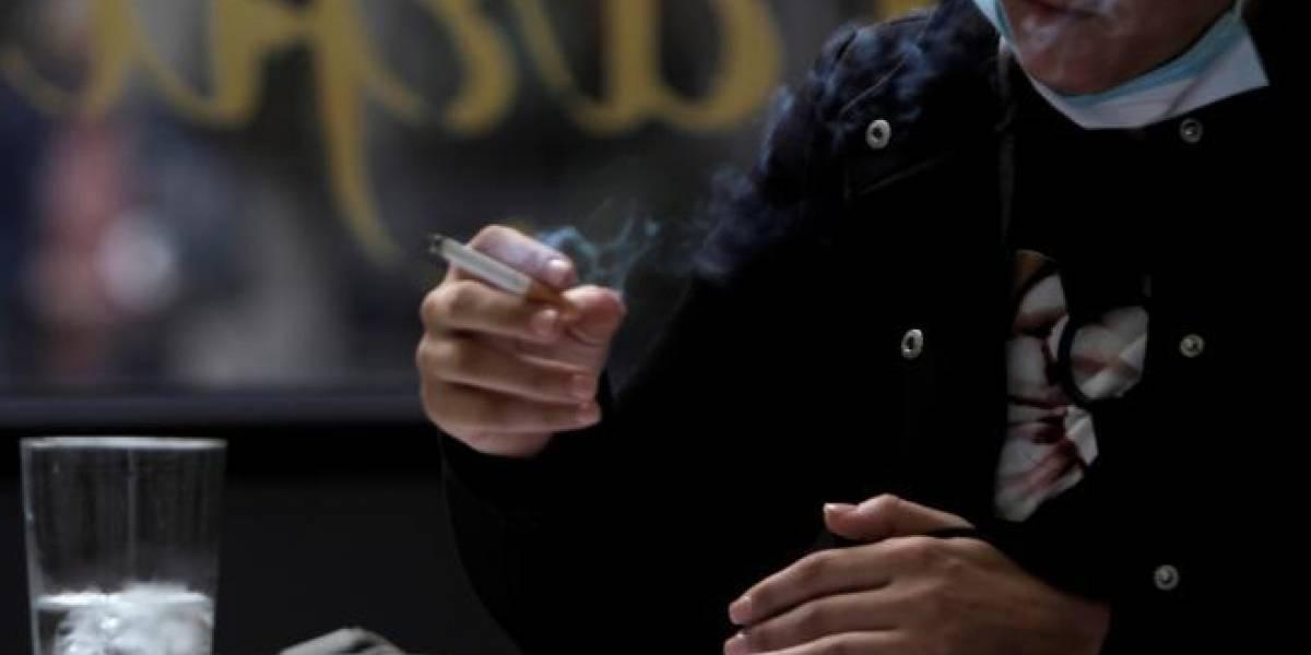 ¿Vamos a fumar a la calle?: juez deroga la prohibición destinada a mantener distancia social en Madrid