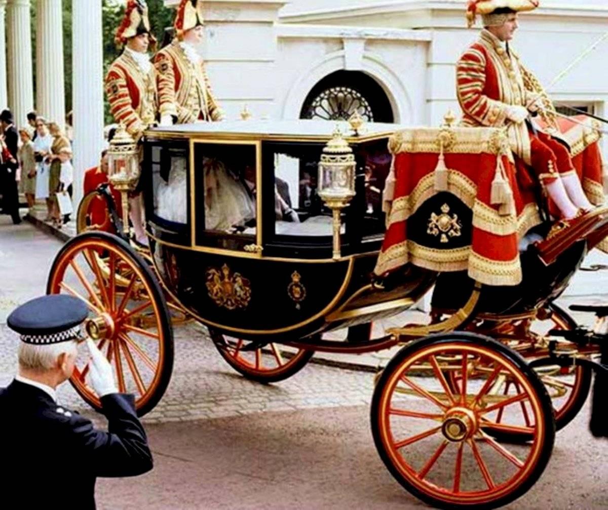 Como en los cuentos de hadas, Lady Di llegó a la boda en una carroza de cristal