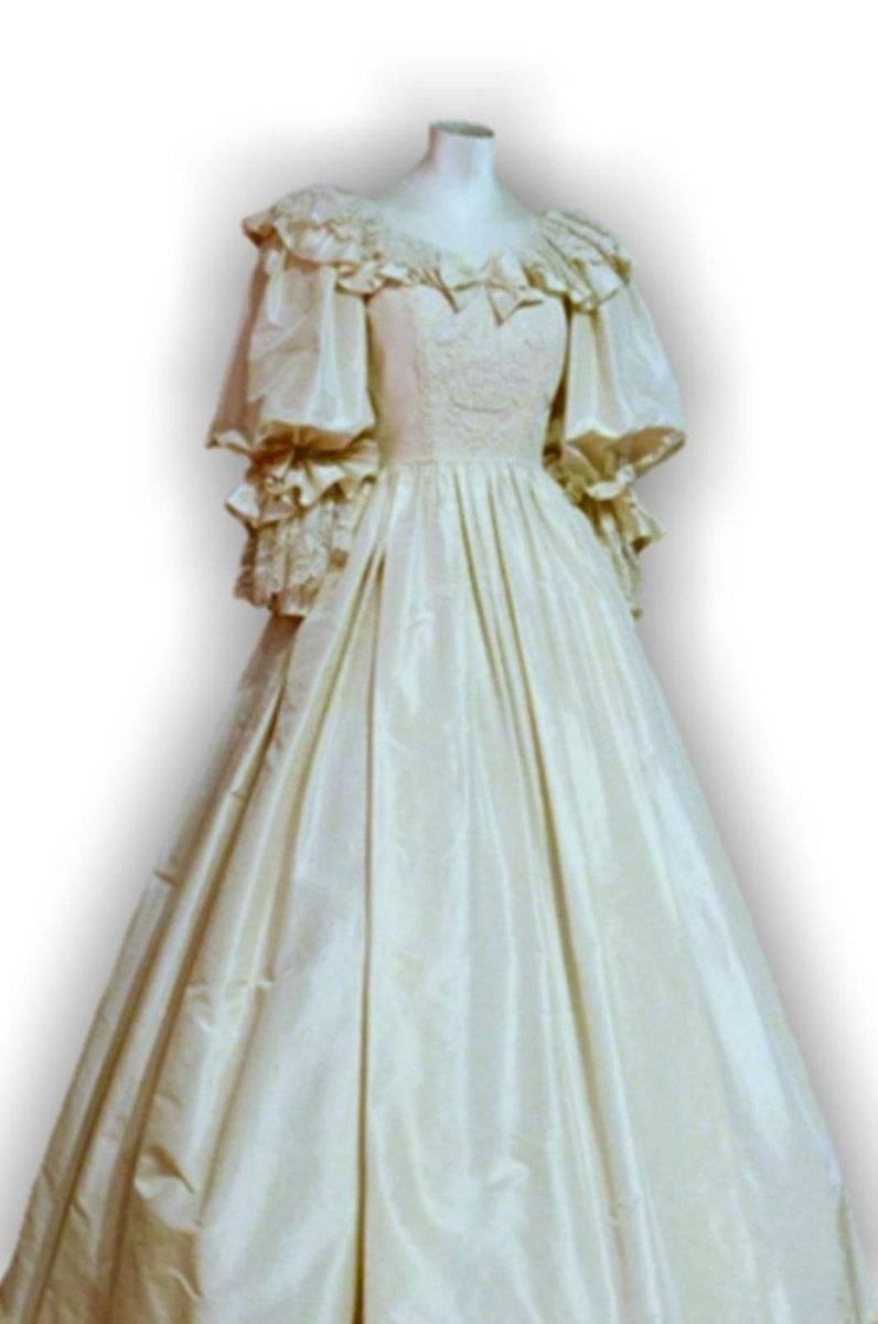 EL vestido de novia tuvo que ser ajustado hasta el último momento