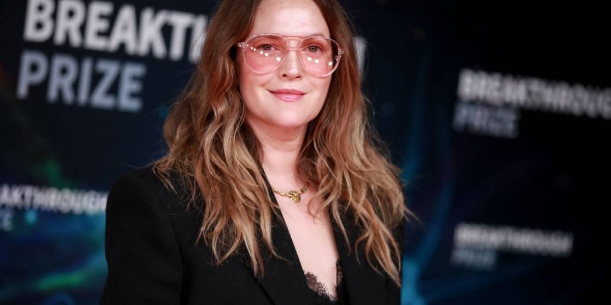 Drew Barrymore confirma 'lenda' sobre o avô: 'Amigos levaram seu cadáver a uma festa'