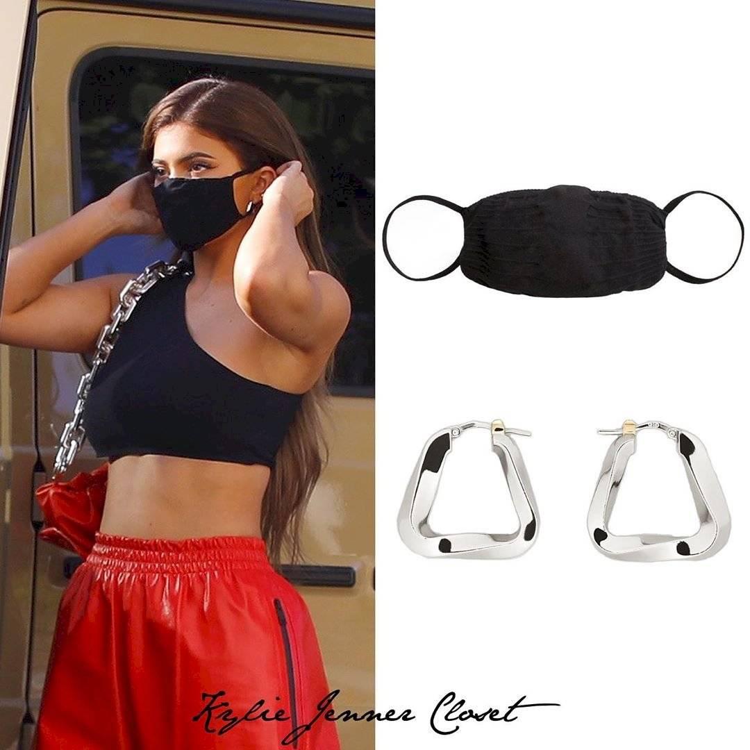 Kylie Jenner luce su diminuta cintura en unos pants de cuero rojo y un mini top negro