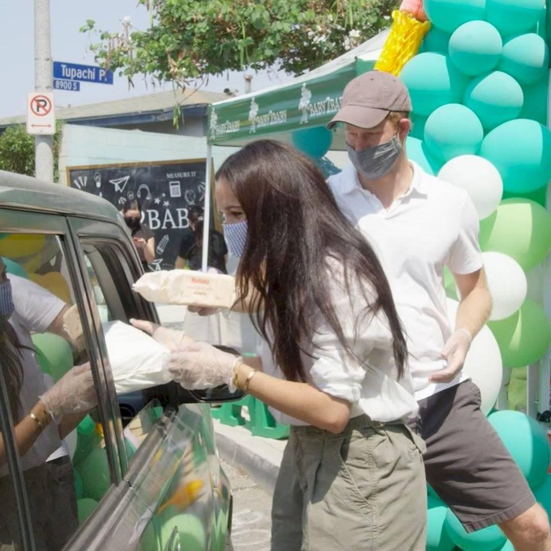 Meghan Markle reaparece encantadora con una camisa de lino de gran tamaño y pantalones cortos caqui con Harry en un evento benéfico