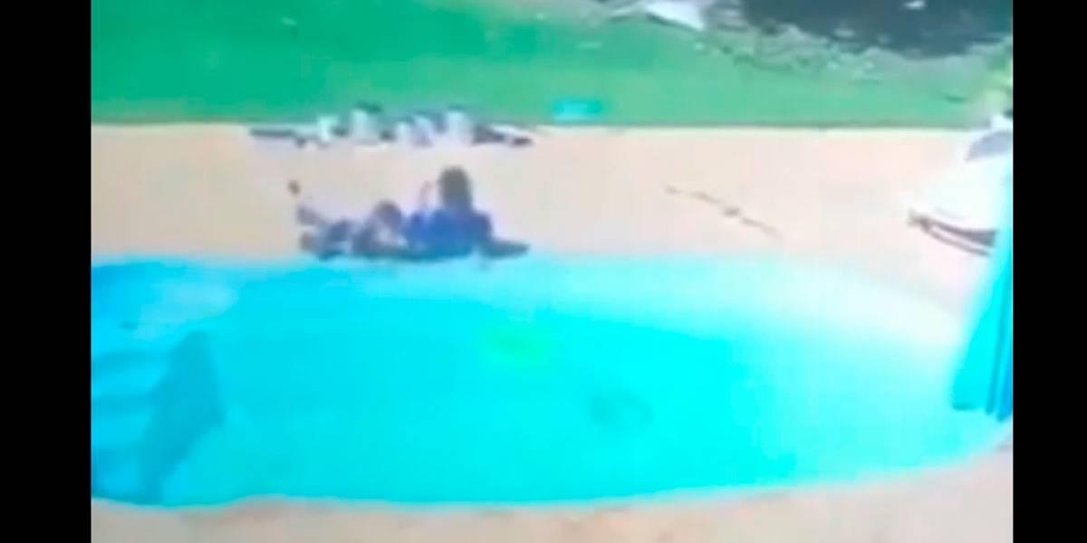 Vídeo mostra menino de 3 anos salvando amiguinho de afogamento na piscina
