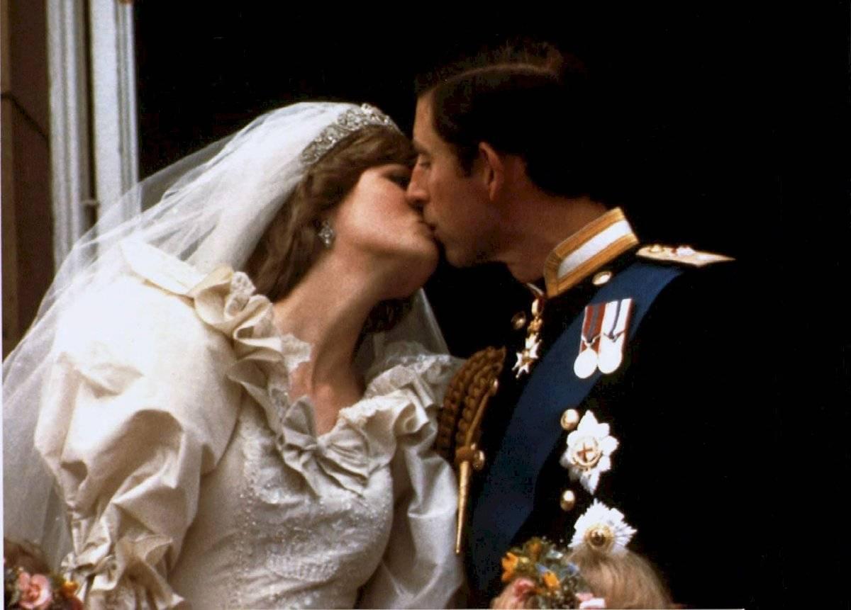 El beso en el balcón se debió a un error del príncipe Carlos