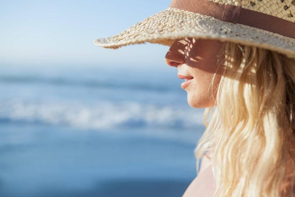 Usar sombreros es una buena opción para proteger tu cabello del sol