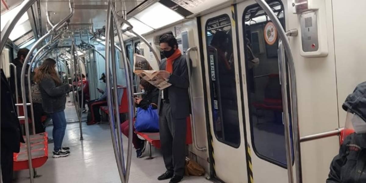 Ministro Briones saca aplausos en redes sociales por viajar en Metro durante la pandemia