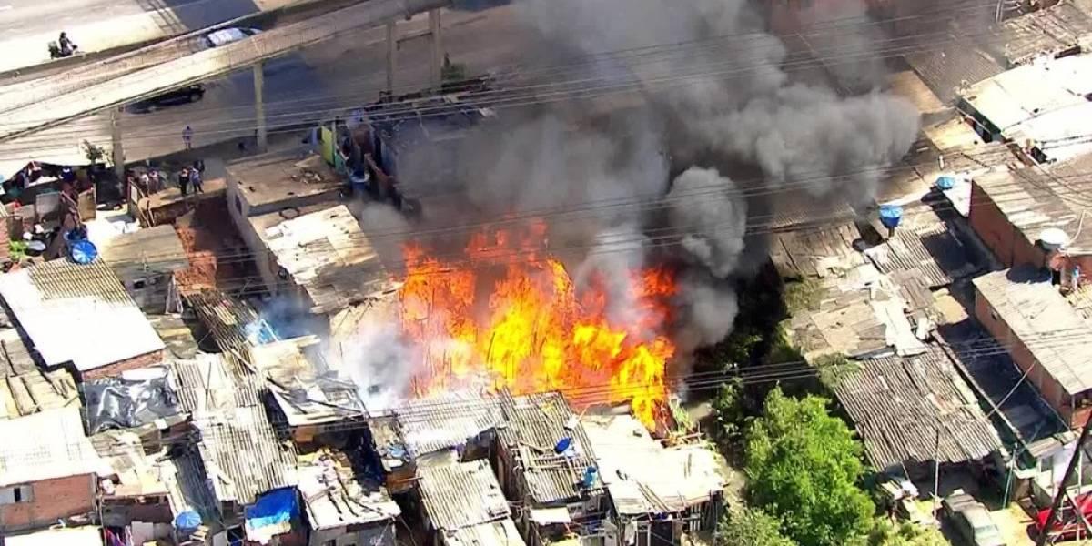 Incêndio atinge casas de favela próxima à rodovia Fernão Dias
