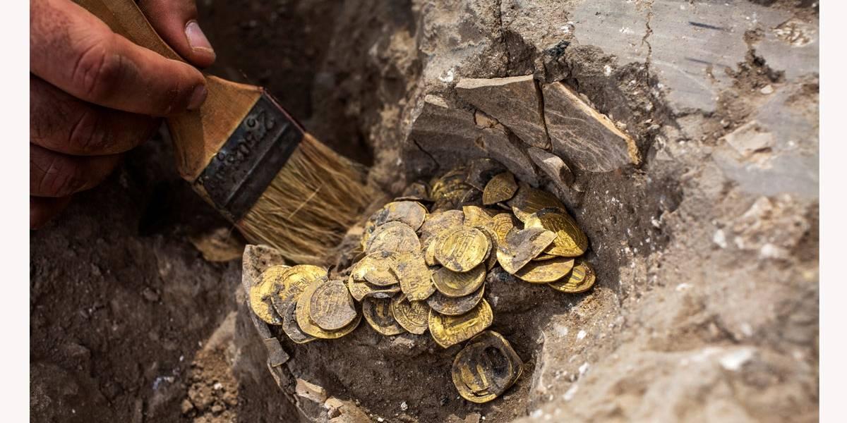 Adolescentes desenterram 425 moedas de ouro de 1.100 anos