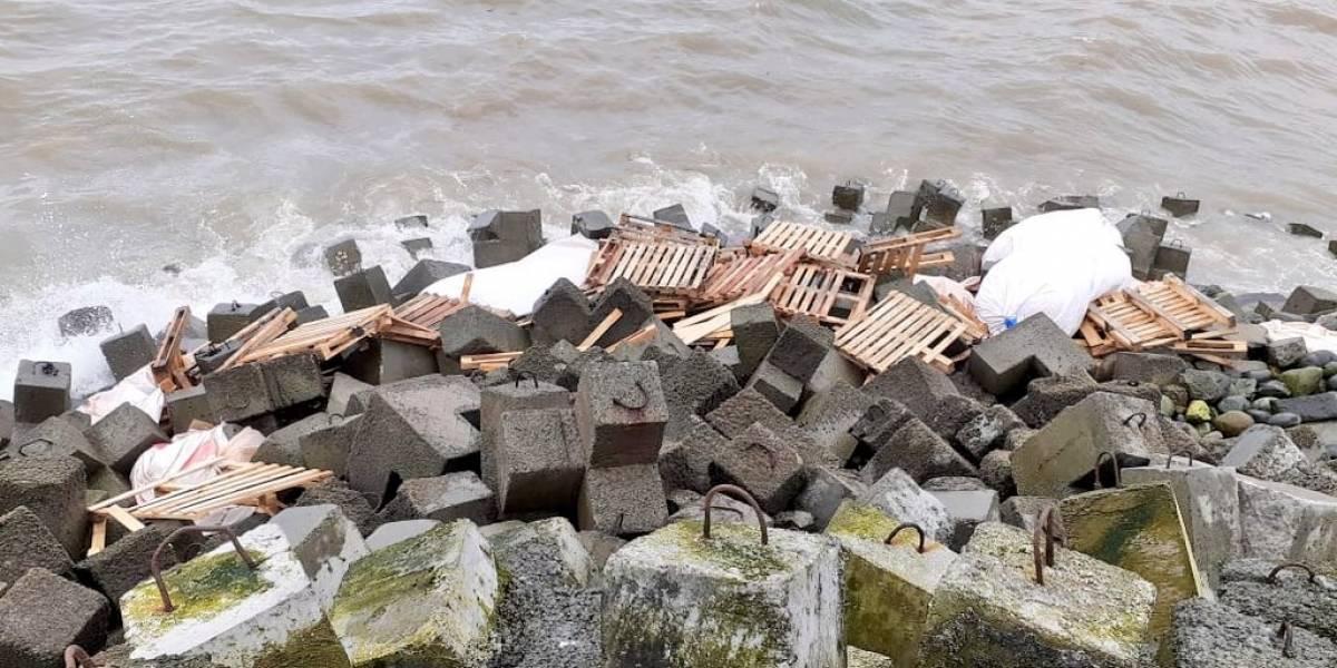 Muelle flotante con comida para salmones se hundió en puerto de Calbuco