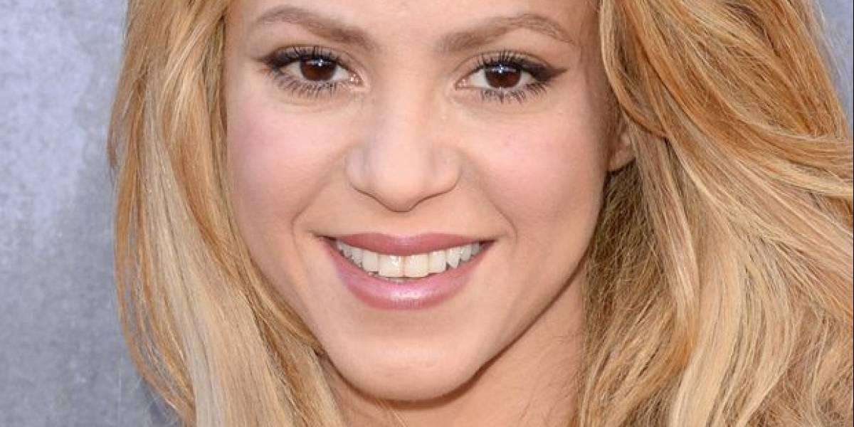 Shakira mezcla elegancia y rebeldía con un pantalón skinny, un top de seda y un cardigan azul tejido