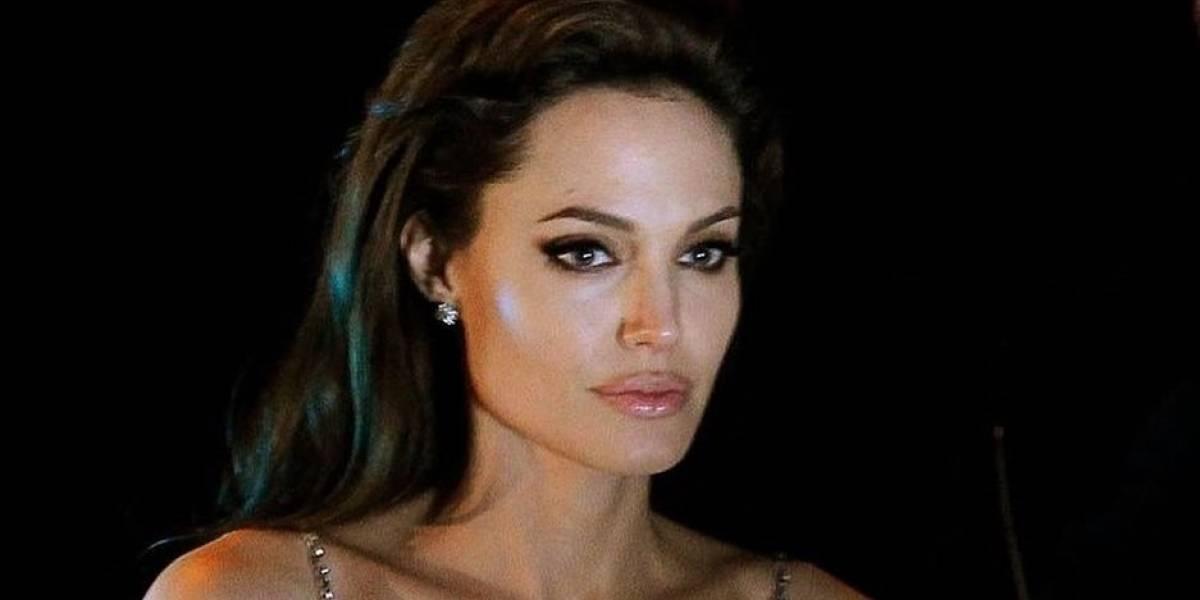 Angelina Jolie muestra su lado atrevido en traje de baño púrpura con detalles de cuero