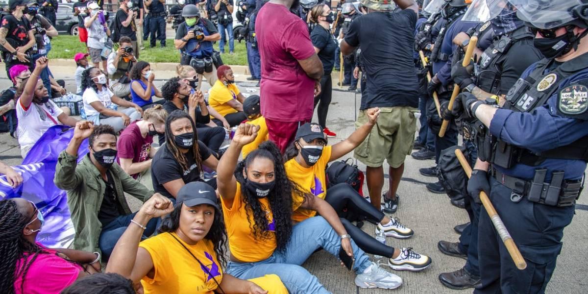 Arrestan a 64 durante protesta en Kentucky