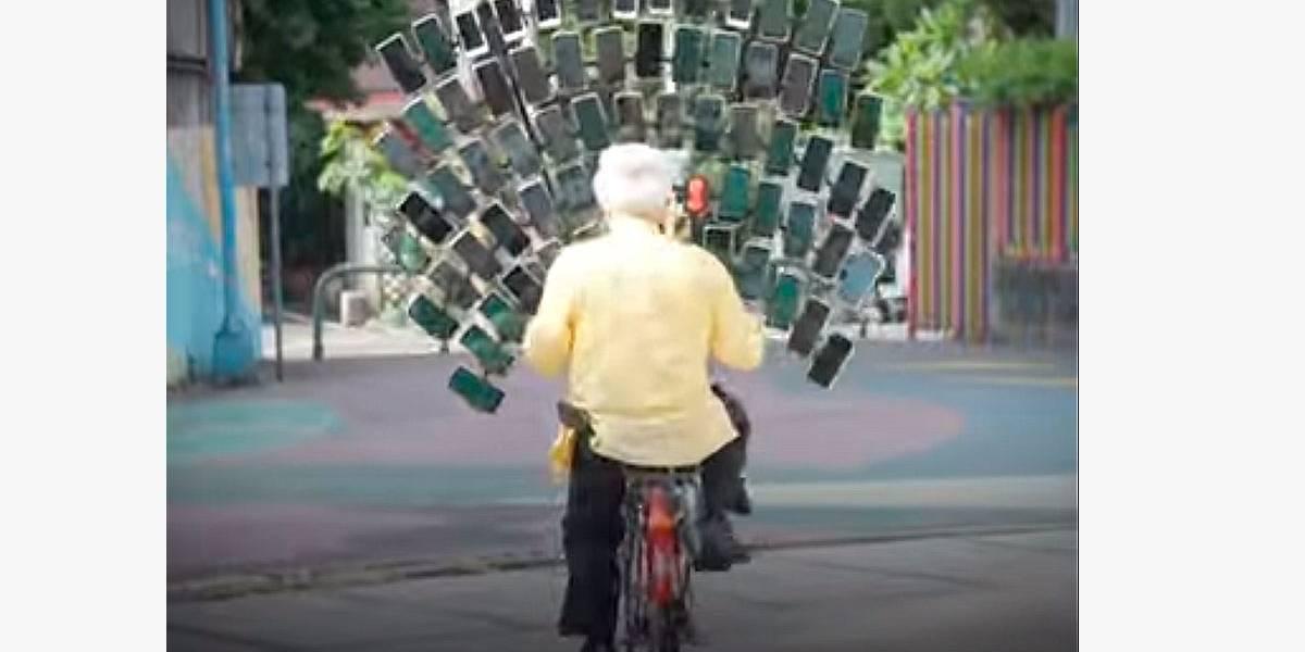 Idoso viciado em Pokémon Go usa 64 celulares conectados à bicicleta
