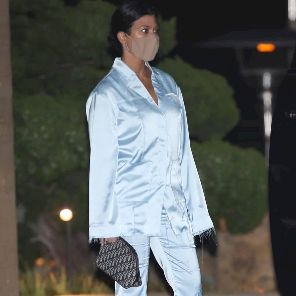 Kourtney Kardashian se adhiere a la moda y deslumbra con un pijama de seda azul claro con tacones de aguja naranjas