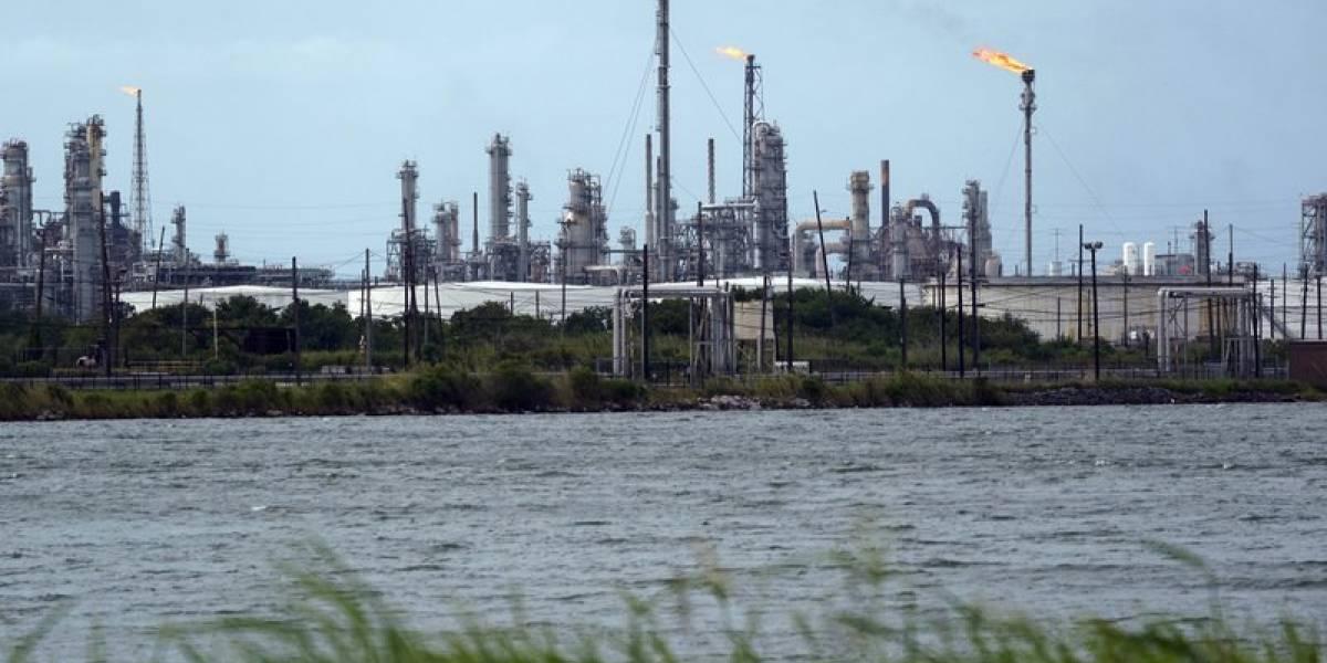"""""""Laura"""" atormenta a Estados Unidos: huracán obliga a cerrar plataformas, torres y refinerías de petróleo"""