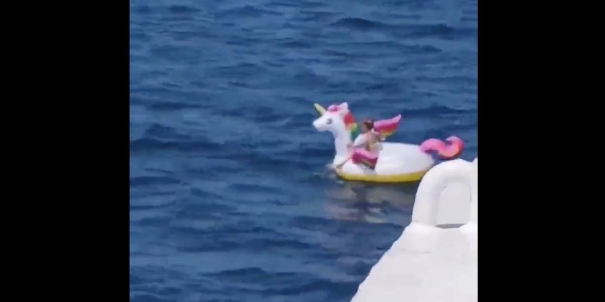 Encuentran a niña de 4 años en un flotador de unicornio en alta mar