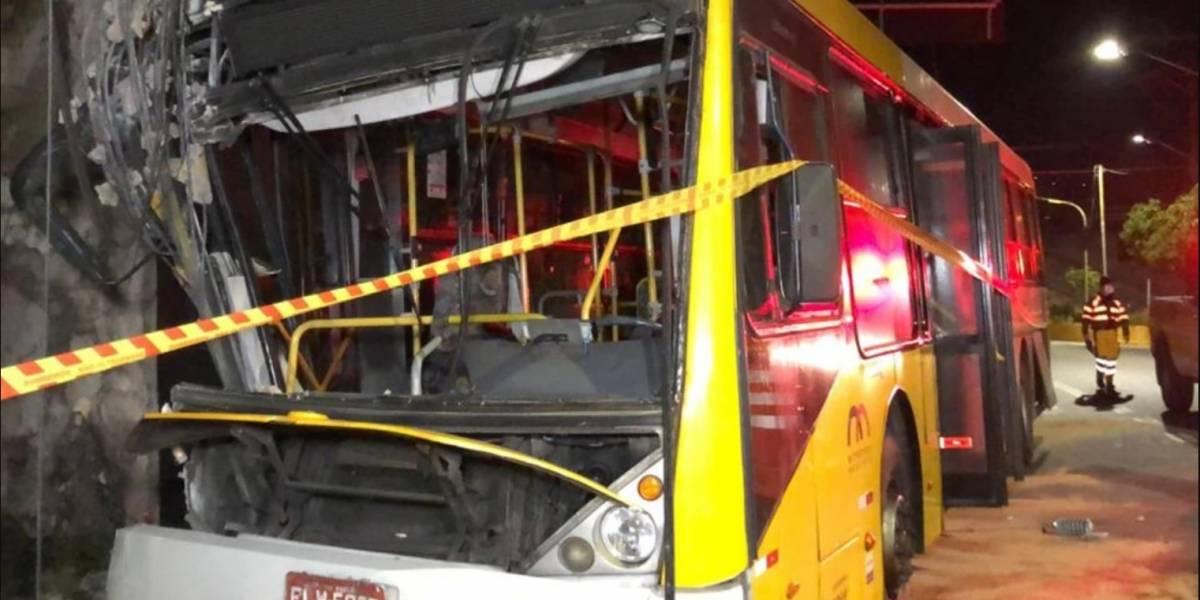 Motorista choca ônibus contra poste e deixa passageiro ferido na Penha