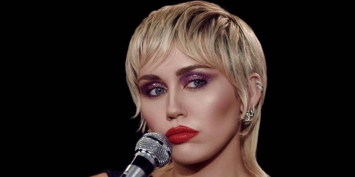 Miley Cyrus se ve glamorosa en un pantalón de látex negro y chaqueta de terciopelo estilo militar