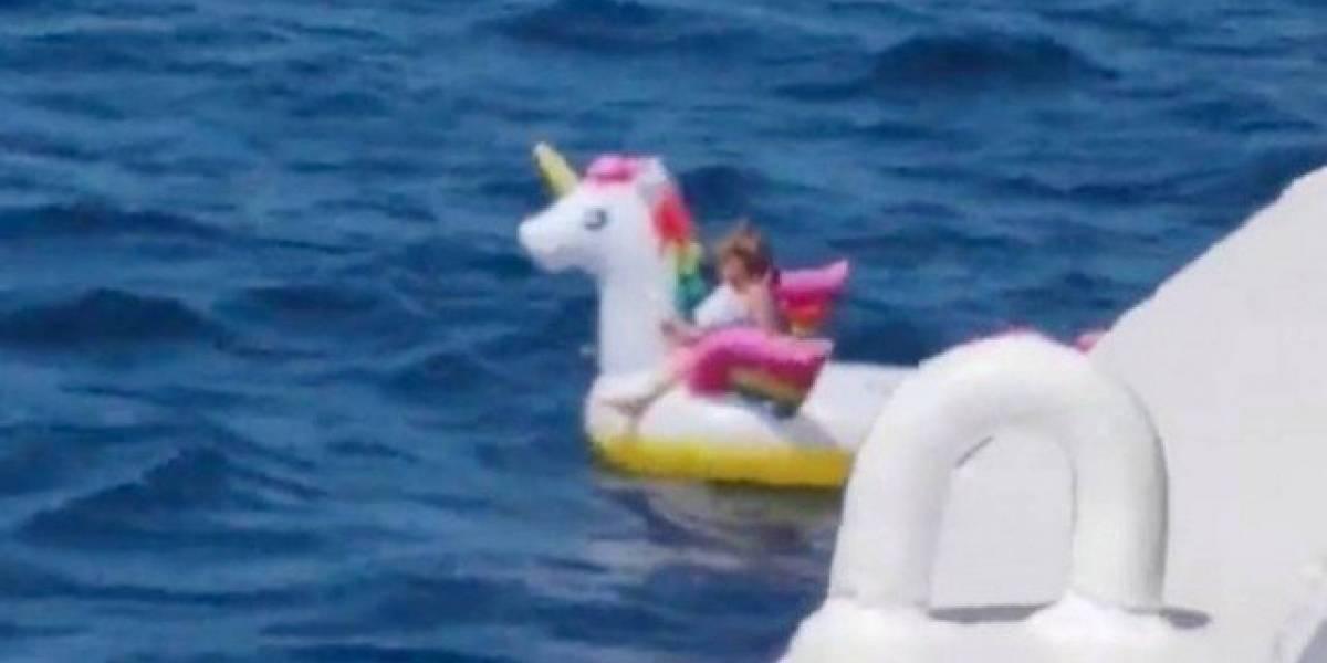 Menina à deriva em unicórnio inflável é resgatada