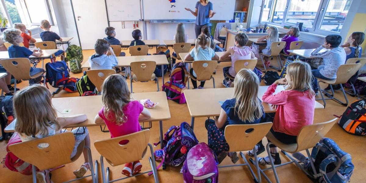 Vuelven a abrir las escuelas en Europa a pesar de repunte en casos de COVID-19