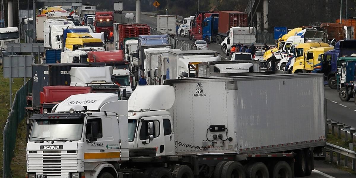 Balance del primer día del paro camionero: 7 regiones afectadas, protestas frente al Congreso y un incidente en el sur