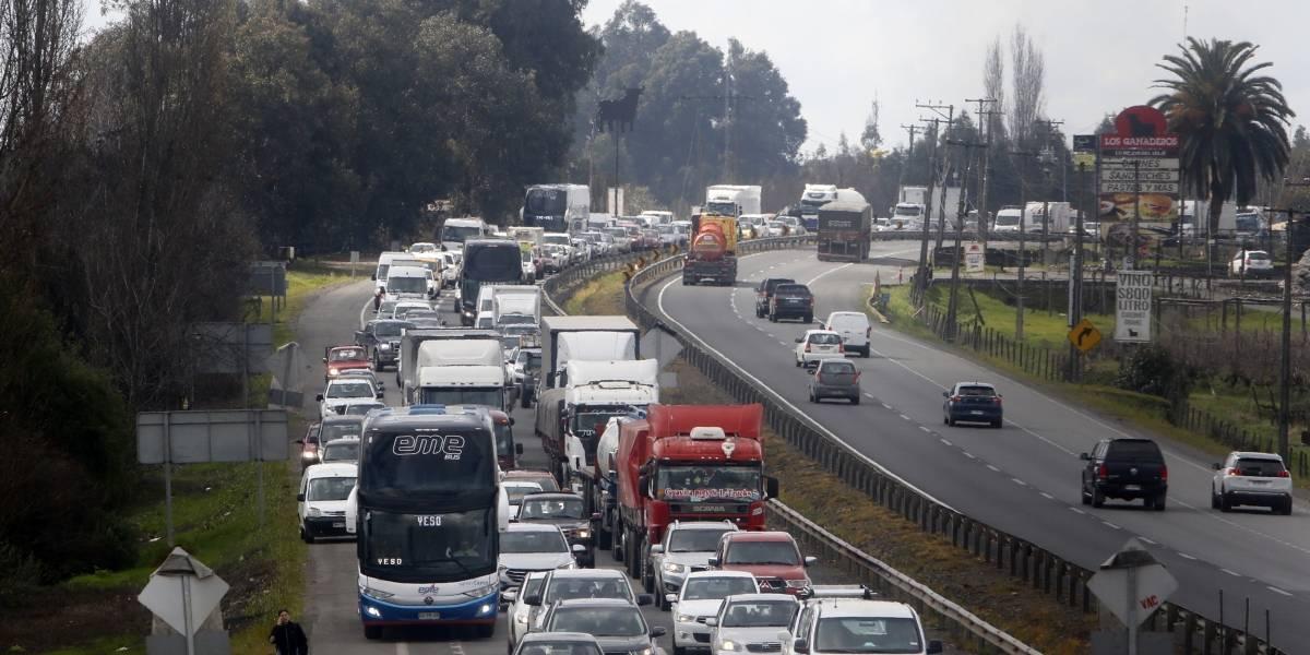 Navarro en contra de los camioneros: presenta recurso de protección y llama a estudiar acusación constitucional contra el Presidente