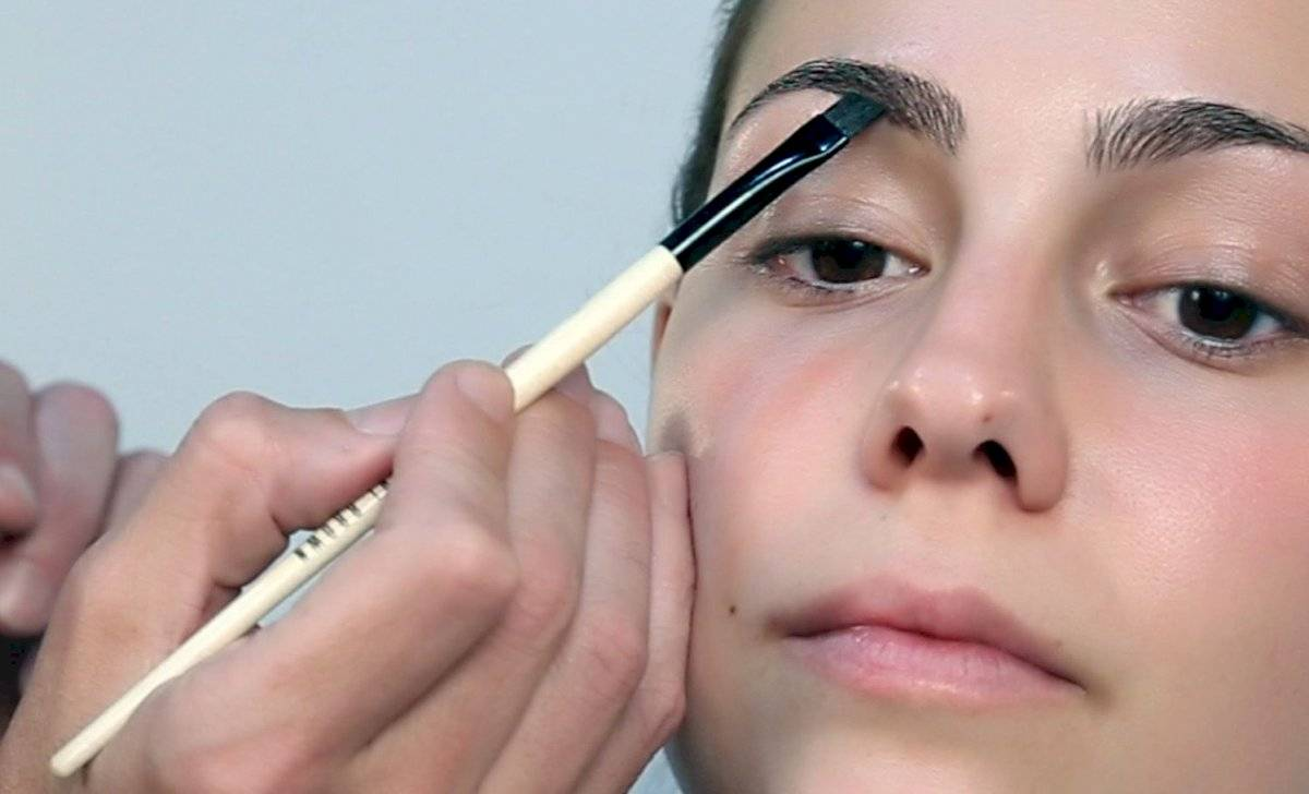El maquillaje también es una buena opción para las cejas despobladas